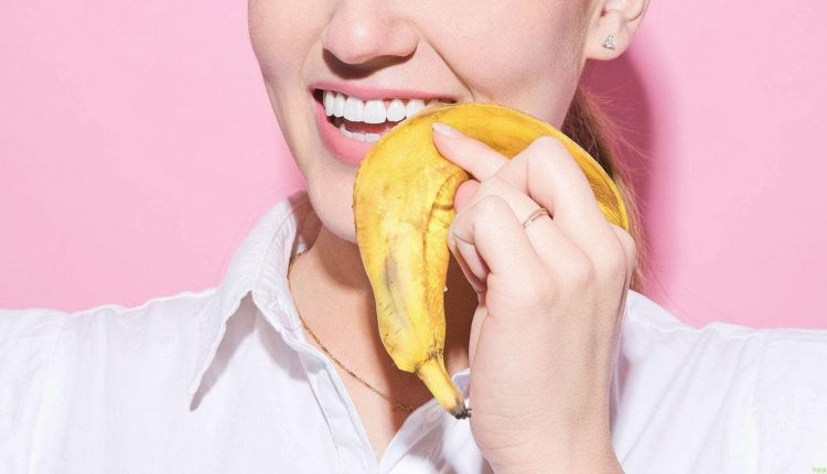 قشر الموز لتبييض الأسنان